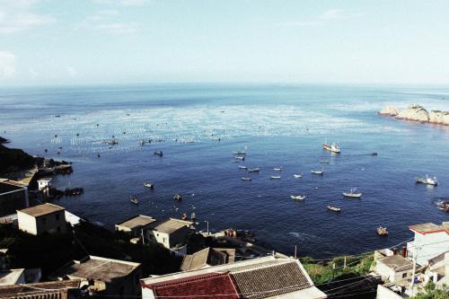 嵊泗列岛面积35平方公里,由钱塘江与长江入海口汇合处的数以百计的